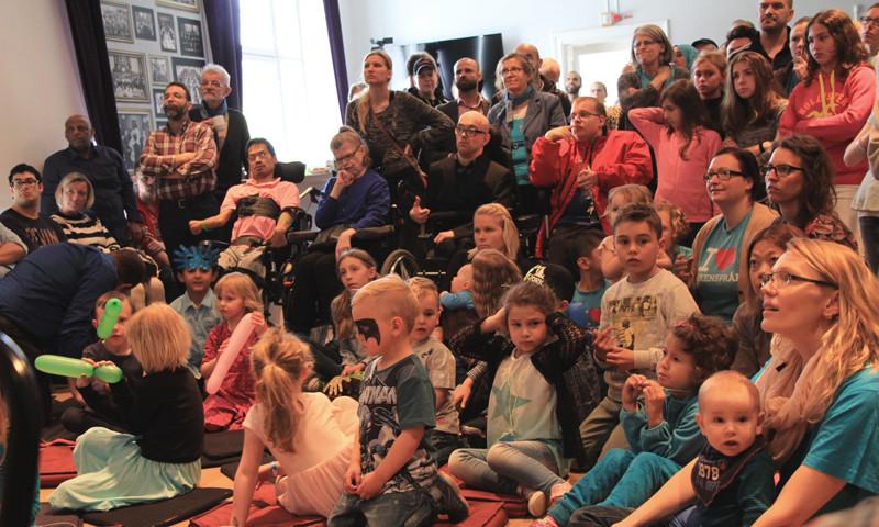 Publiken inför barnbokens release från Teckenspråkets dag år 2015